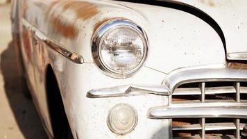carro retrô. carro antigo vintage. farol de perto foto