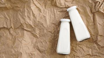 leite de vaca orgânico em garrafas de vidro. duas garrafas de leite foto