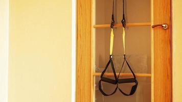 close-up da suspensão na porta de treinamento em casa foto