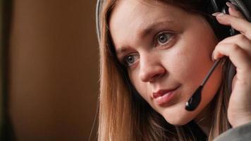 retrato de uma jovem com um capuz e um fone de ouvido foto
