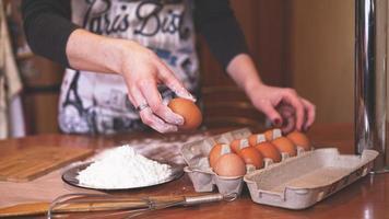 as mãos de uma chef feminina colhendo um ovo foto