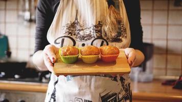 muffins caseiros de caramelo em uma assadeira foto