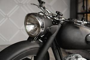 close-up da motocicleta no quarto. foto do estúdio