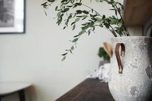 um vaso com flores secas sobre uma mesa. cozinha clássica escandinava foto