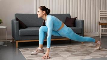 mulher em forma fazendo exercícios de estocada para a frente com uma perna foto