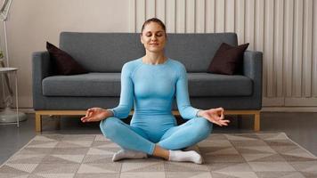 hora de ioga. jovem atraente fazendo ioga foto