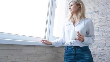 mulher de negócios olhando pela janela foto