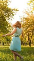 garota primavera curtindo a natureza. bela jovem ao ar livre foto