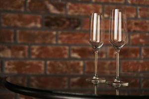 dois copos em um fundo desfocado de uma parede de tijolos foto