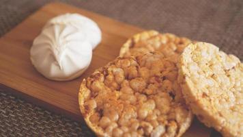 composição com bolos de arroz crocantes na madeira foto