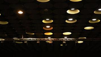 spot lights na sala do cinema no teto foto