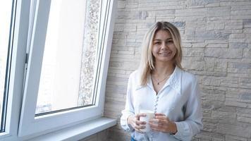 mulher de negócios com uma xícara de café branca foto