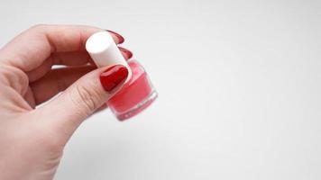 manicure. lindas unhas de mulher bem cuidadas com esmalte vermelho foto