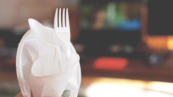 mãos quebram pratos de plástico, pessoas proíbem e param de usar lixo de plástico foto