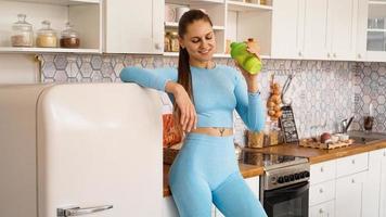 conceito de saúde e dieta. mulher bonita bebe agua foto