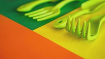 conjunto de ferramentas de jardim verdes sobre fundo verde e amarelo foto
