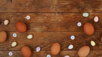 ovos em um fundo rústico de madeira com espaço de cópia para o texto. foto