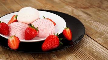 delicioso sorvete de morango com morango fresco foto