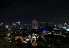 vista noturna da cidade de phnom penh no centro de phnom penh no camboja com o naga world casino complex e o horizonte da koh pich diamond island foto