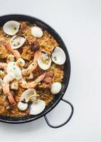 gourmet espanhol de frutos do mar e risoto de paella de arroz no fundo branco foto