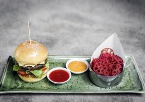hambúrguer de carne bovina asiática fusion com chips de lótus e maionese de wasabi foto