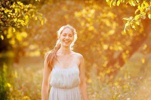 jovem feliz em um pomar de maçã no verão foto