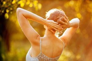 jovem vestida sob os raios do sol foto