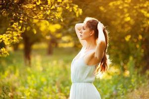 jovem mulher vestida em jardim de verão foto