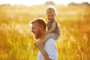 pai feliz carrega seu filho foto