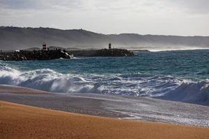 paisagem com praia de areia, oceano e ondas foto