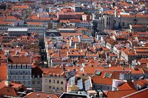 vista de cima da cidade com muitas casas com telhados foto