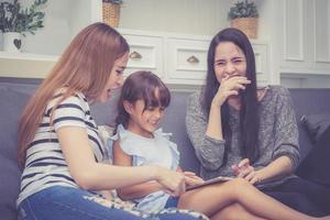 família e criança, tendo tempo juntos, aprendendo com o uso do tablet. foto
