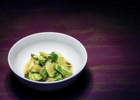 pepino fresco asiático com gengibre e molho de soja doce de gergelim salada gourmet de fusão foto