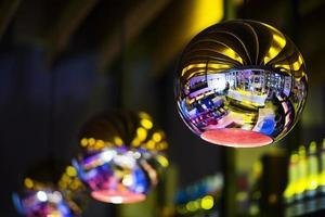 detalhes de lâmpada prateada com design de interiores contemporâneo em um bar moderno e moderno à noite foto