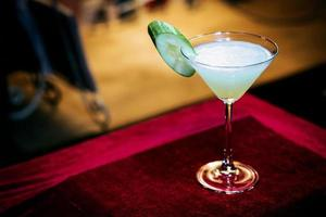 pepino hortelã coquetel de martini moderno e moderno em bar à noite foto