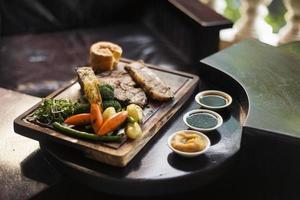 tradicional inglês britânico de domingo rosbife com vegetais refeição clássica foto