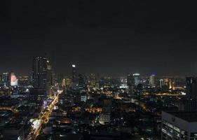 edifícios modernos na área de Silom, no centro de Banguecoque, Tailândia, à noite foto