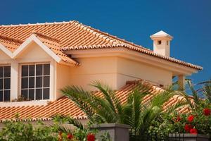 telhado de telhas de uma grande casa foto