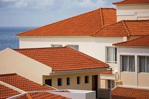 fragmentos de casas com telhado de telha foto