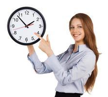garota mostra no relógio redondo foto