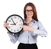 mulher com uma camisa cinza com horário de expediente foto
