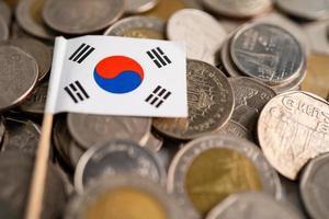 pilha de moedas com bandeira da Coreia foto