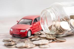 carro em fundo de moedas, empréstimo de carro foto
