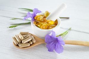 cápsula de ervas orgânicas de medicina alternativa com vitamina e foto