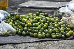 um monte de limão doce na barraca do vendedor foto