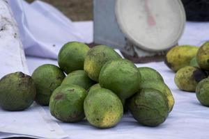 um monte de abacates na barraca do vendedor foto