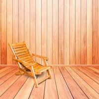 cadeira de praia de madeira em estilo retro no interior do piso de madeira foto