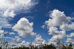 nuvem e céu azul foto