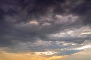 nuvens de tempestade ao pôr do sol foto