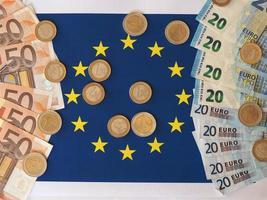 notas e moedas de euro, união europeia, sobre a bandeira foto
